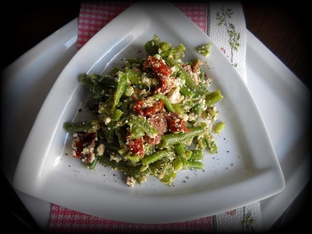 Sałatka z fasolizielonej i suszonych pomidorów